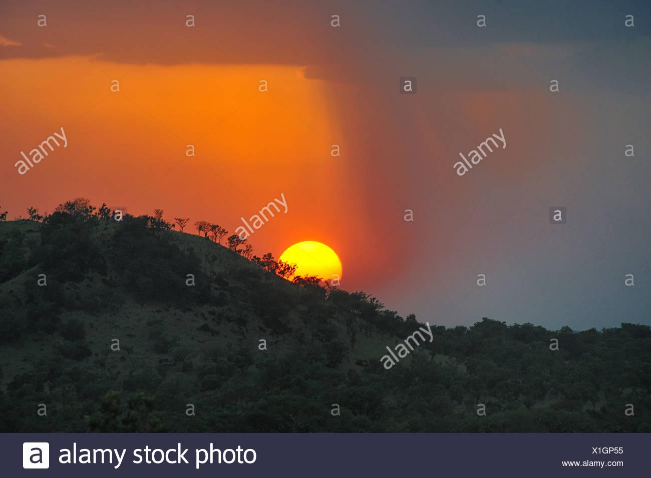 Regolazione del sole sulle colline di Boma National Park, Sudan Immagini Stock