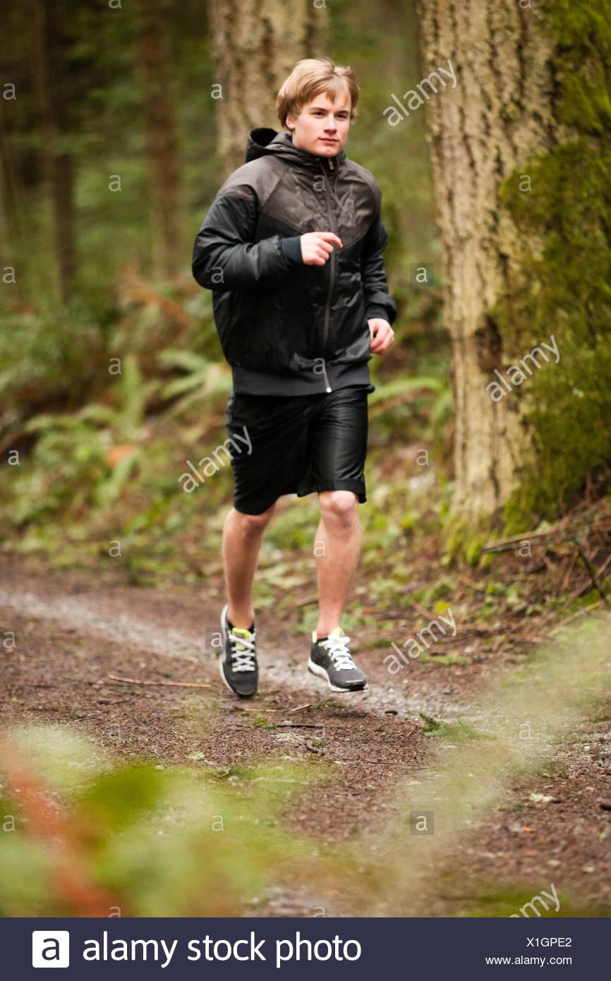 Un runner esercizi su una vecchia strada di registrazione. Immagini Stock