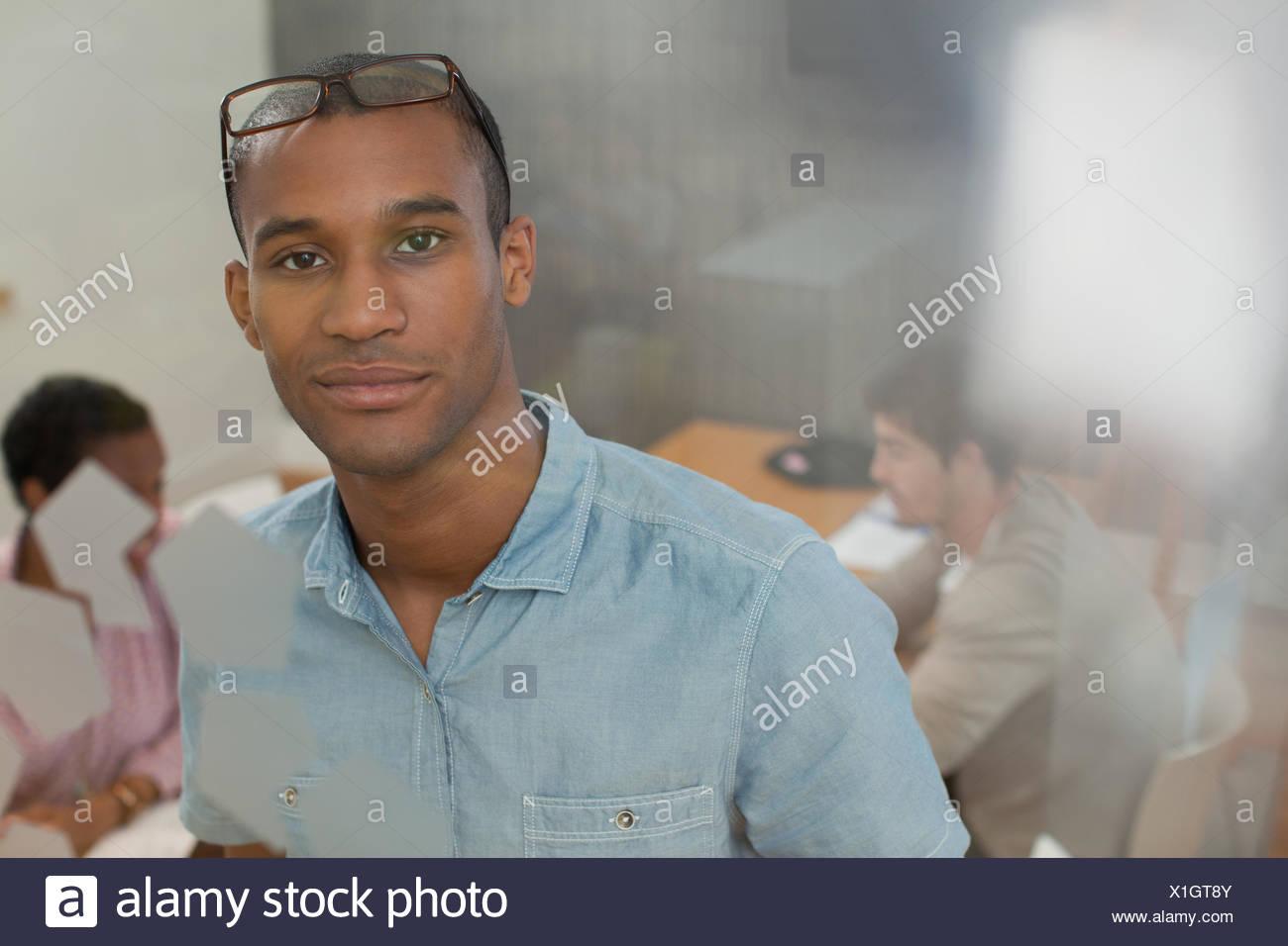 Ritratto di imprenditore fiducioso nella sala conferenze Immagini Stock
