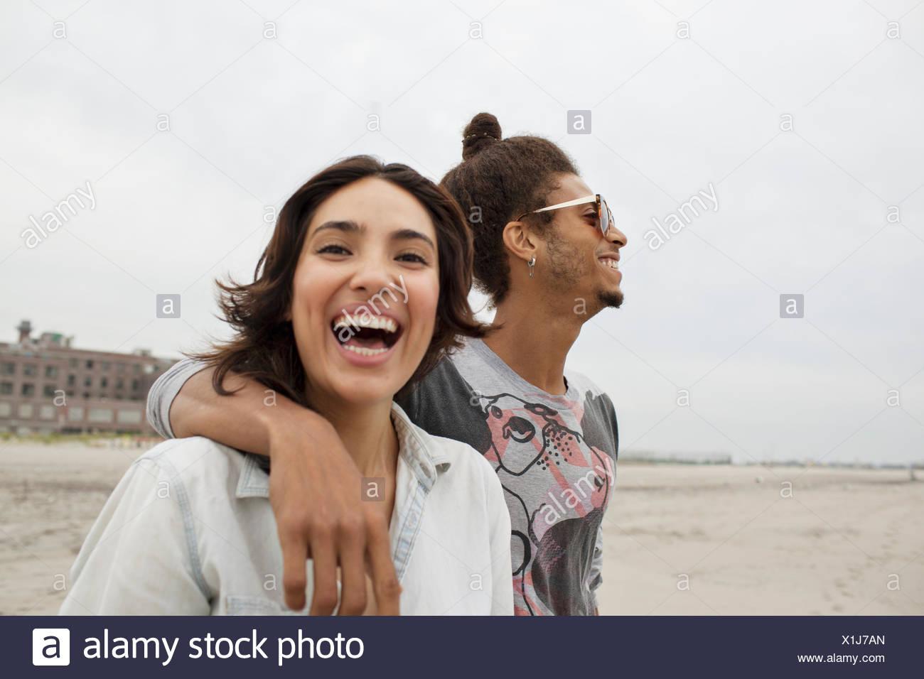 Coppia giovane appendere fuori sulla spiaggia Immagini Stock