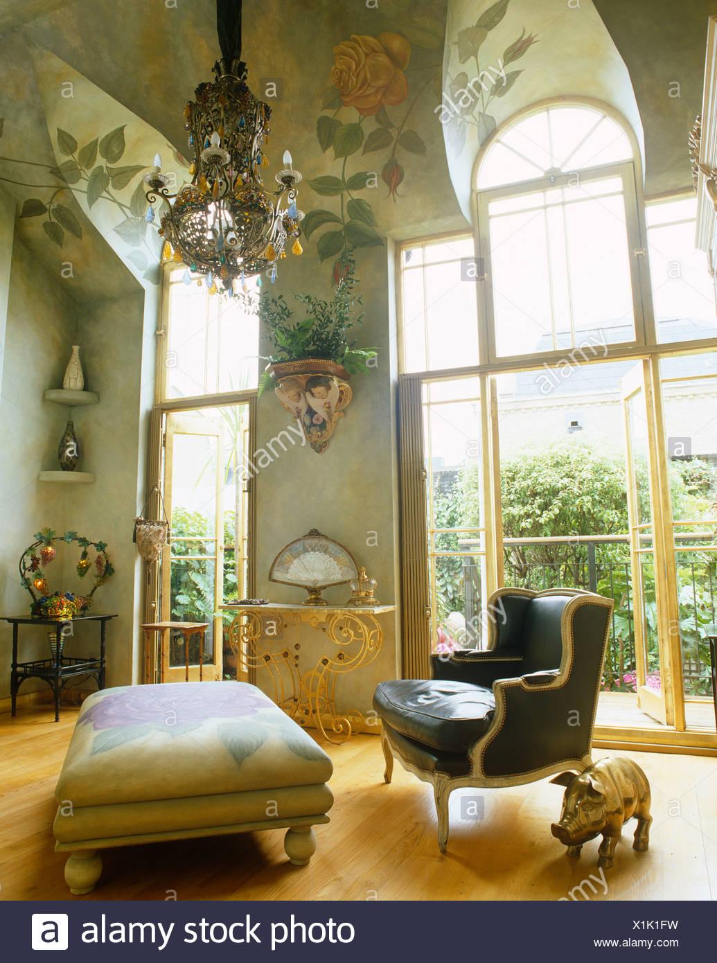 Lo stile francese di Poltrona e pouf in soggiorno con alta, rose ...