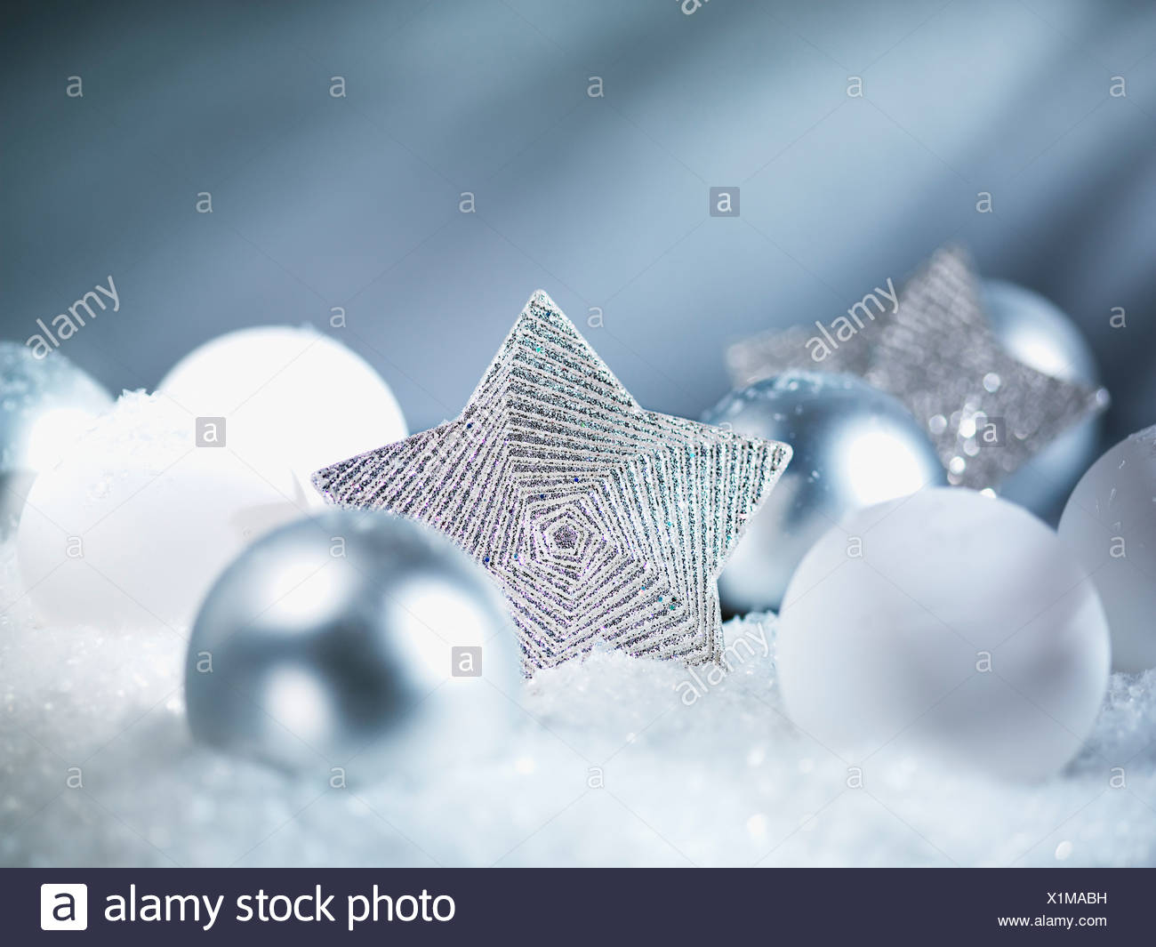 Pila di ornamenti natale nella neve Immagini Stock