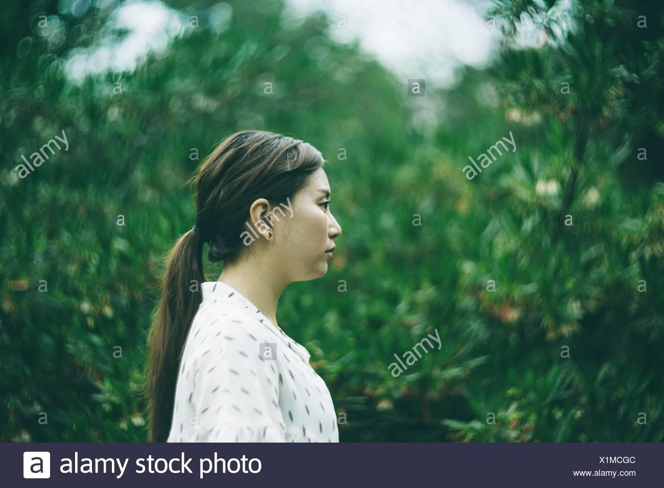 Vista laterale della giovane donna in posizione di parcheggio Immagini Stock