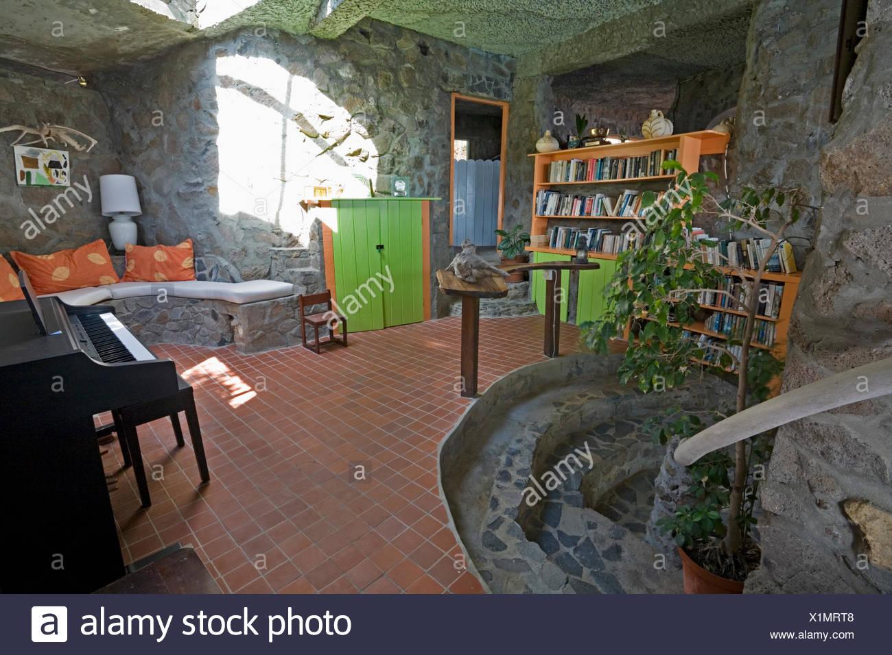 Piastrelle da pavimento in soggiorno con pareti di pietra in una