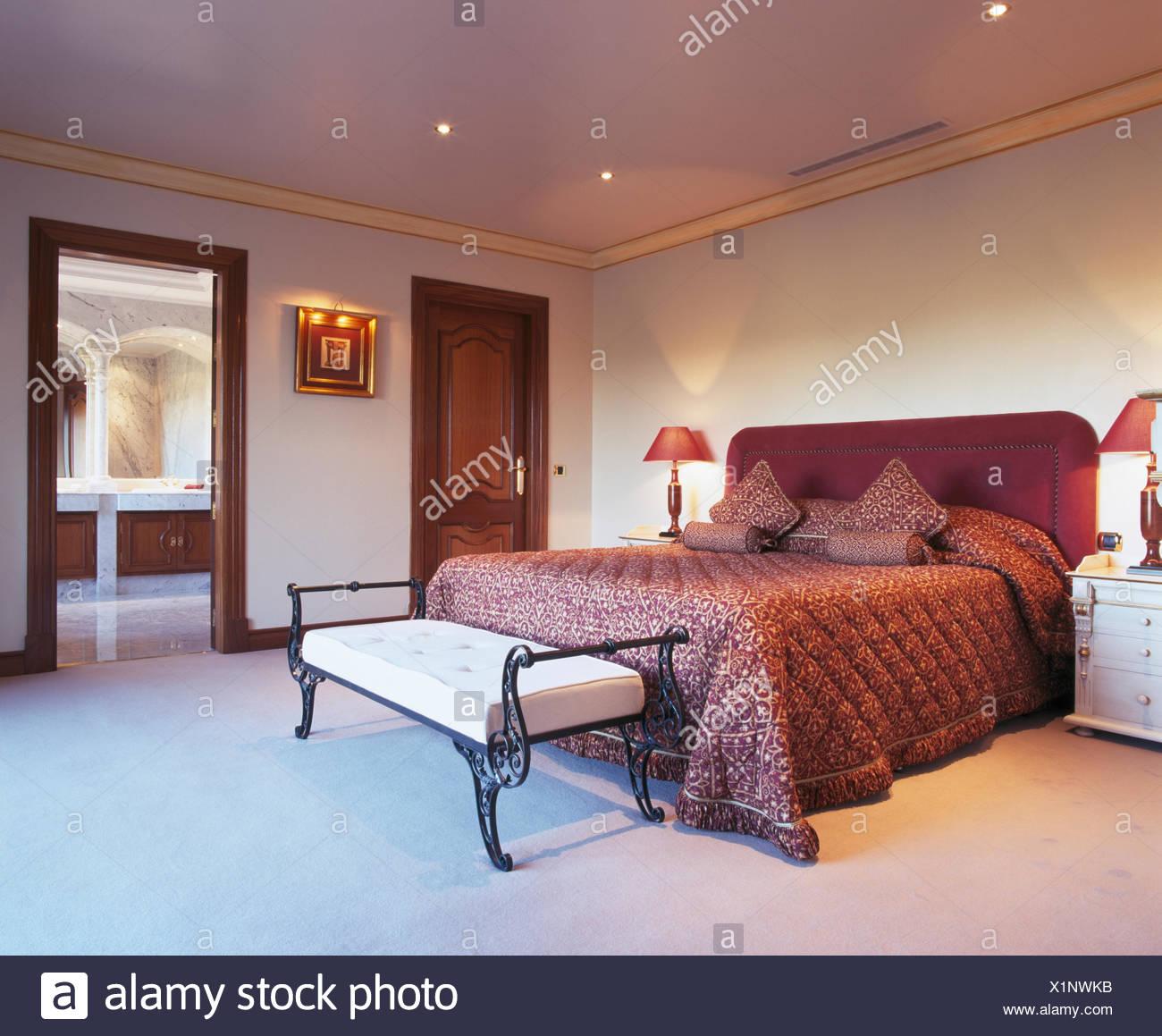 Deep pink piumini e cuscini sul letto in camera da letto ...