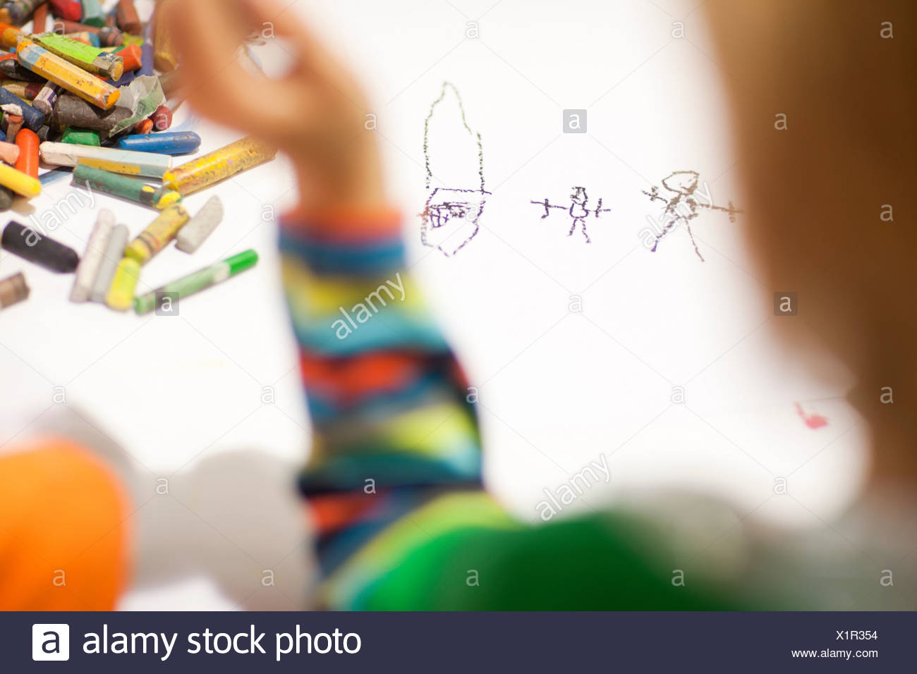 Bambino disegna con matite colorate Immagini Stock