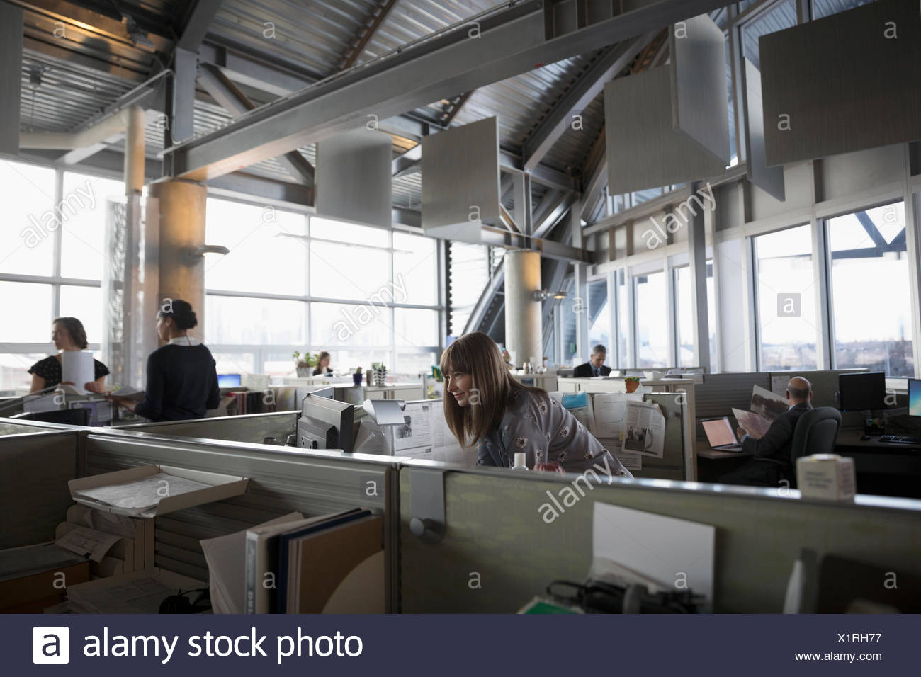 La gente di affari funzionante a cubicoli in aperto ufficio del piano Immagini Stock