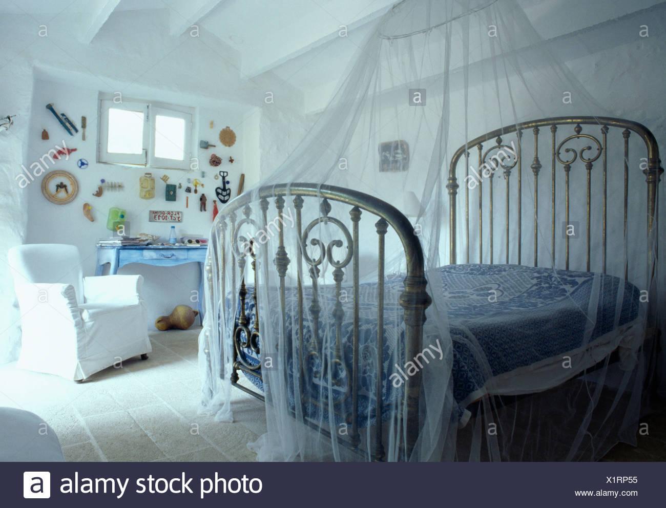 Zanzariera Letto Matrimoniale : White zanzariera sopra antico bianco ferro battuto letto