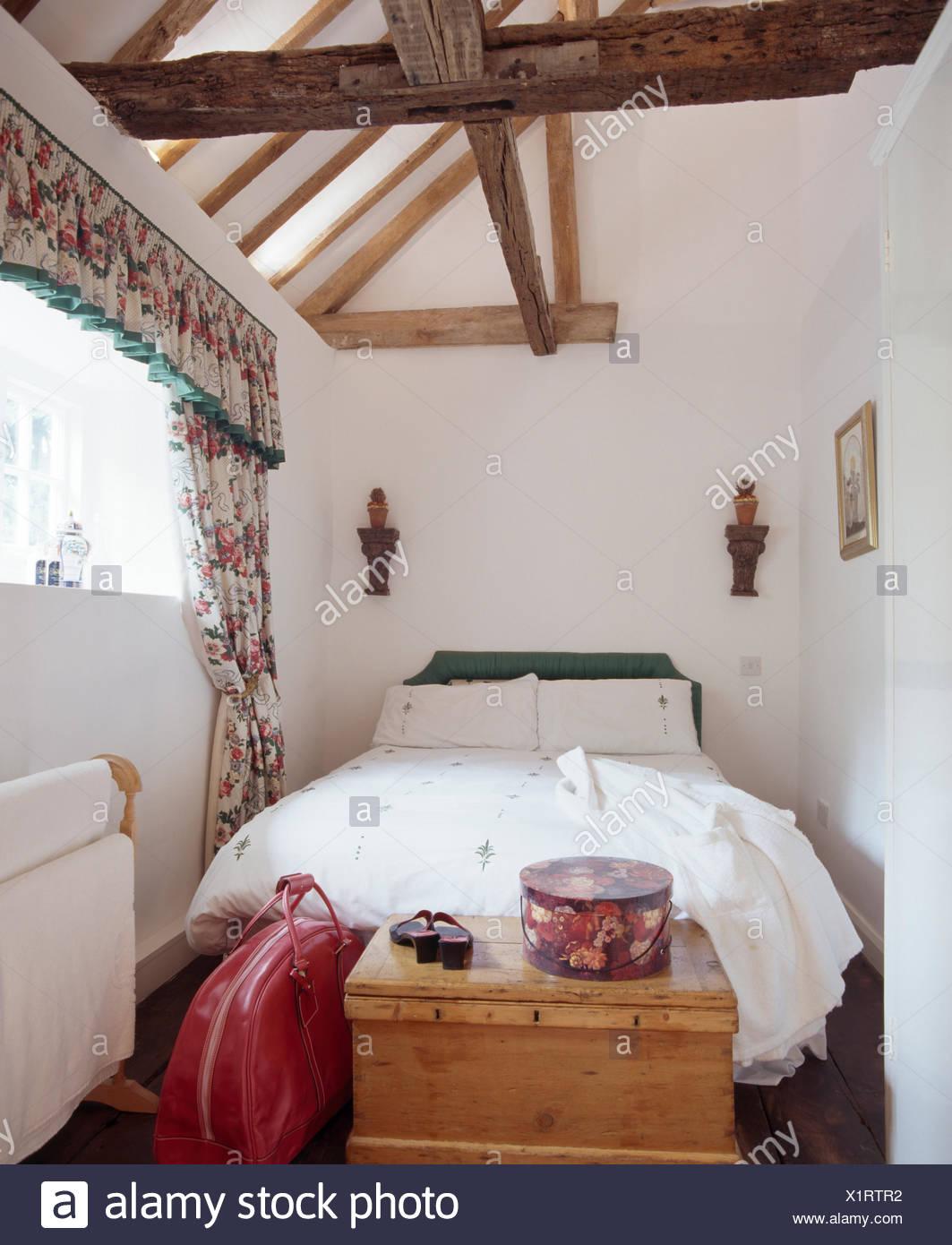 Letto con lenzuola bianche in bianco mansarda con camera da letto in ...