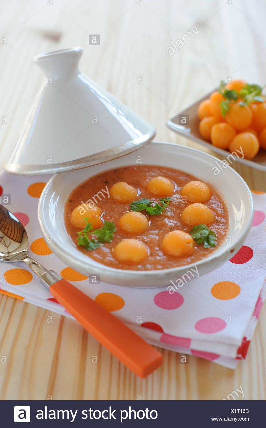 Melone, pomodoro e coriandolo zuppa ghiacciata Immagini Stock