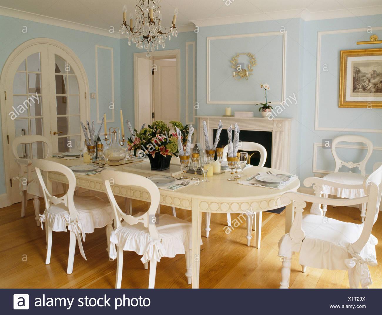 Tavoli Da Pranzo Bianchi.Crema Lungo Tavolo Ovale E Sedie Color Crema Con Cuscini Bianchi