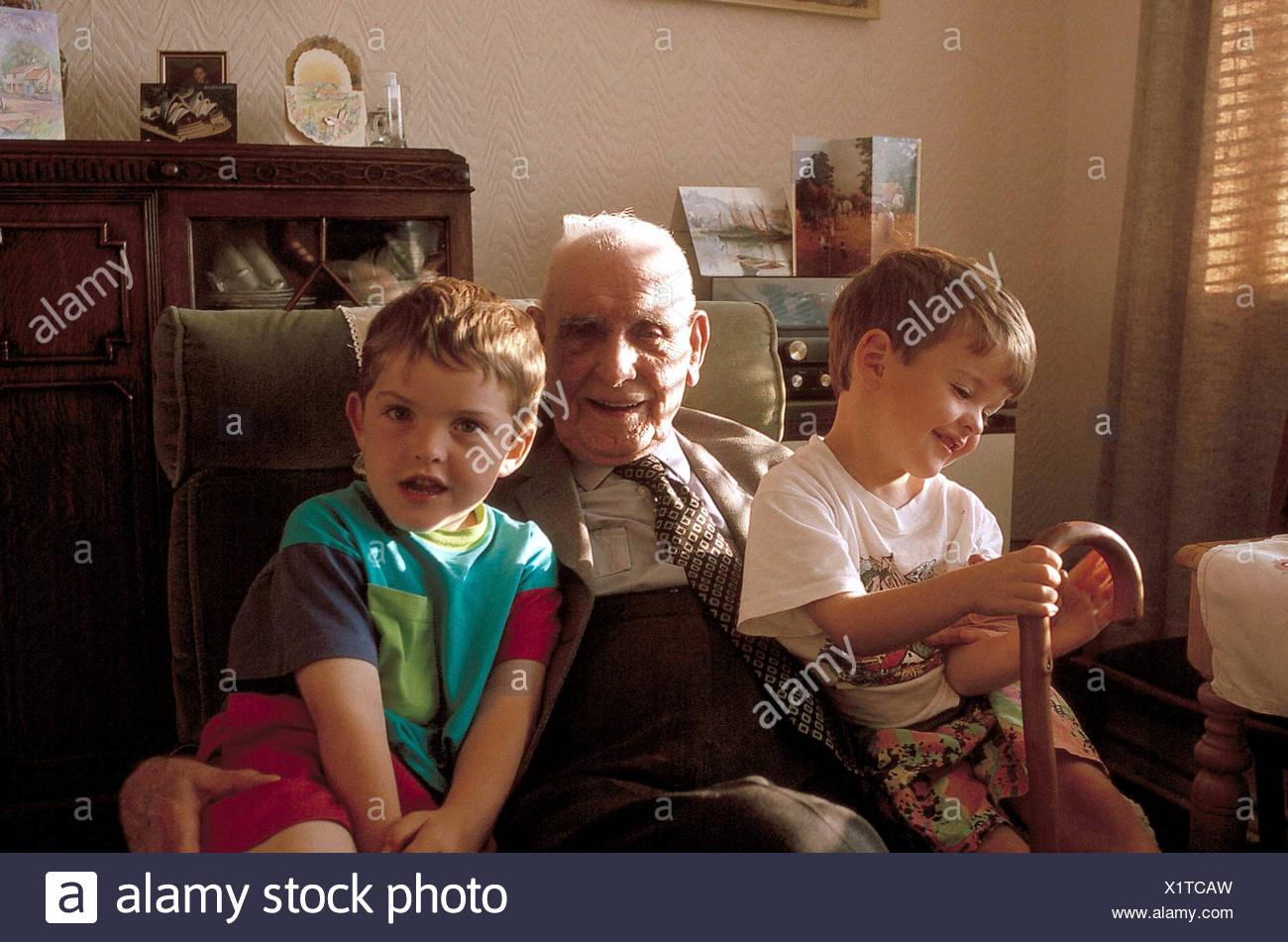 Il bisnonno con grand bambini Immagini Stock