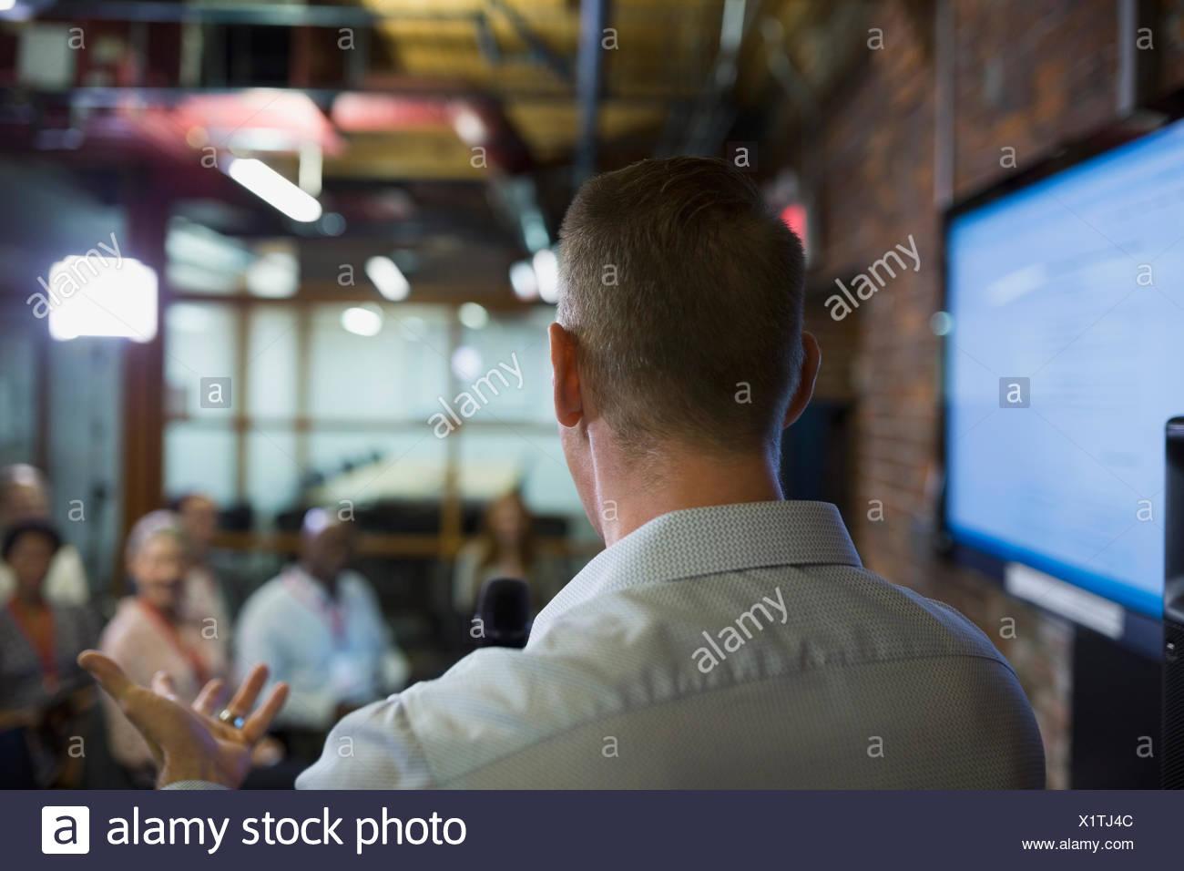 Imprenditore di parlare al pubblico di conferenza Immagini Stock