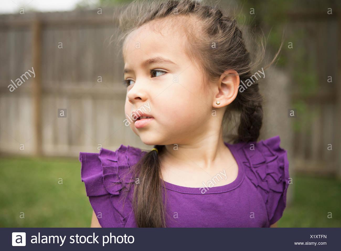 Una giovane ragazza guardando sopra la sua spalla. Immagini Stock