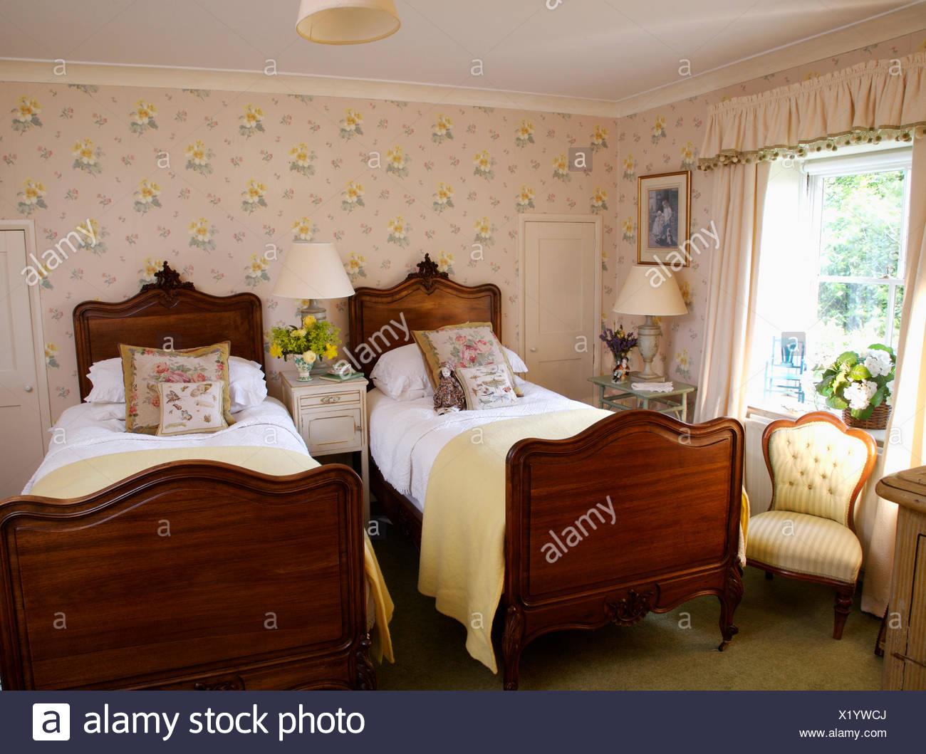 Arazzo cuscini e coperte di crema su letti antichi letti in ...