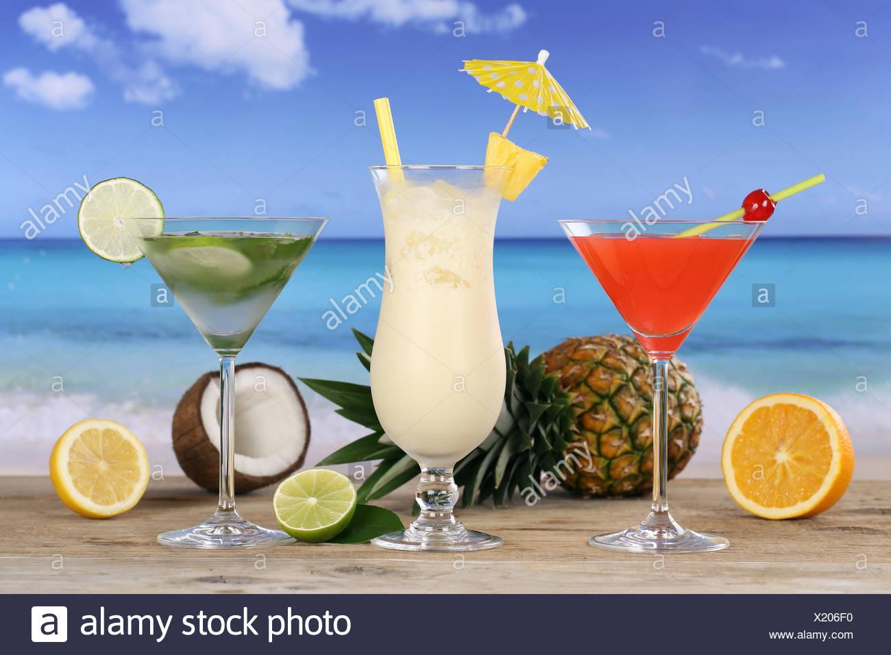 Cocktail bevande und am Strand und Meer Immagini Stock