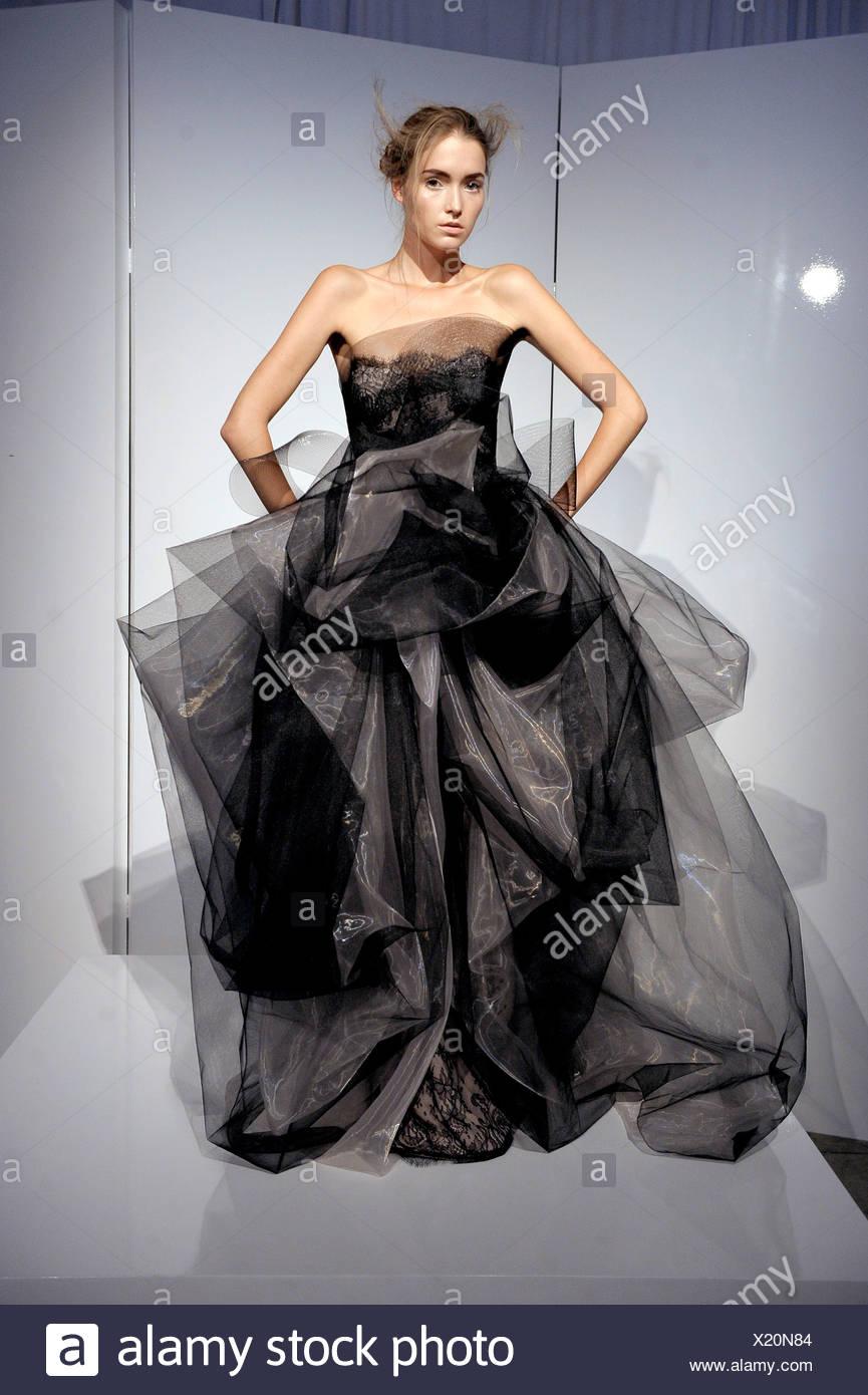 Modello indossa un senza spalline nero flolength tulle abito da sera con  pizzo nero e scolpita la raccolta di tessuto eda30c2cc42