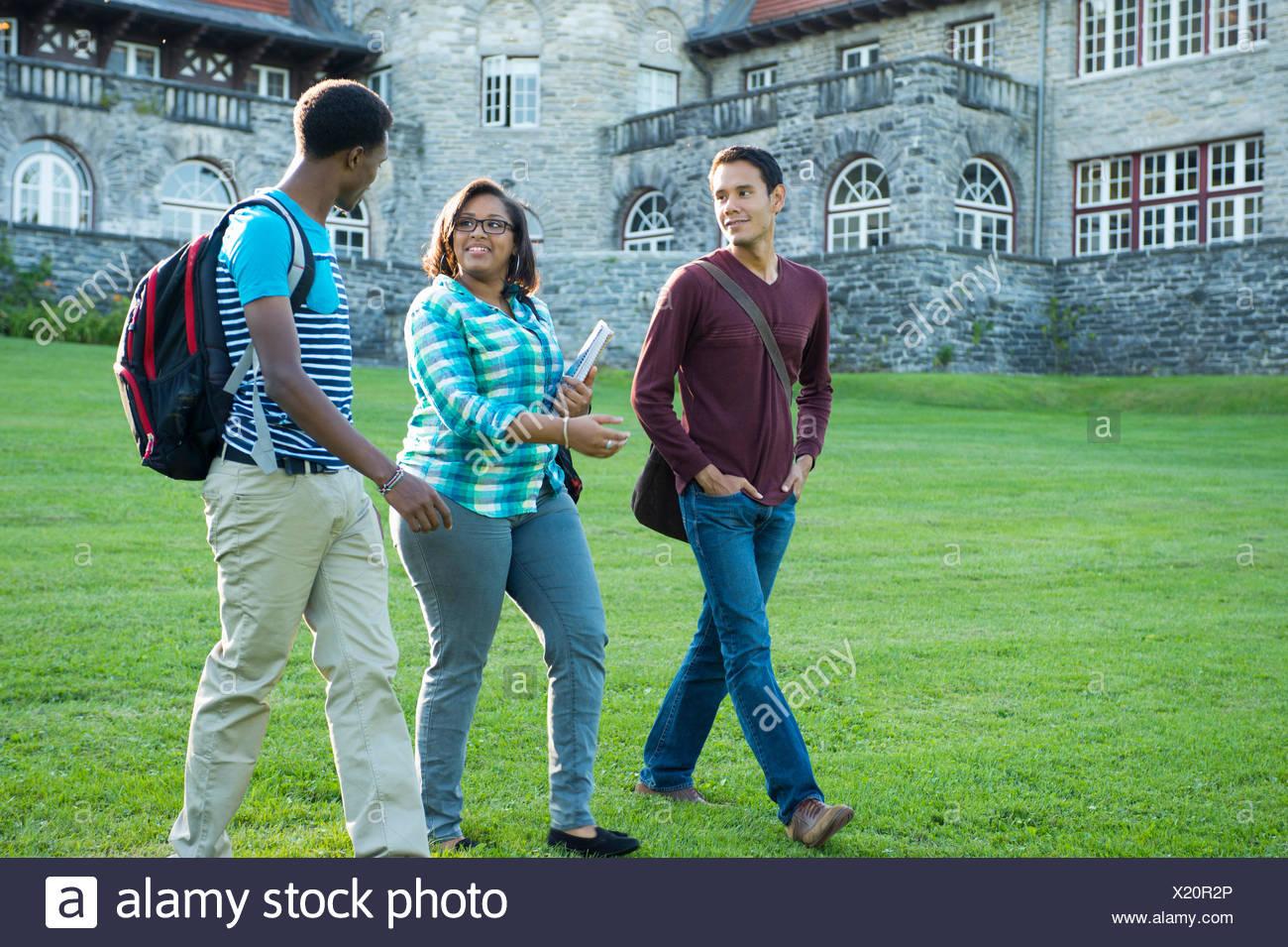 Gli studenti camminare sull'erba Foto Stock