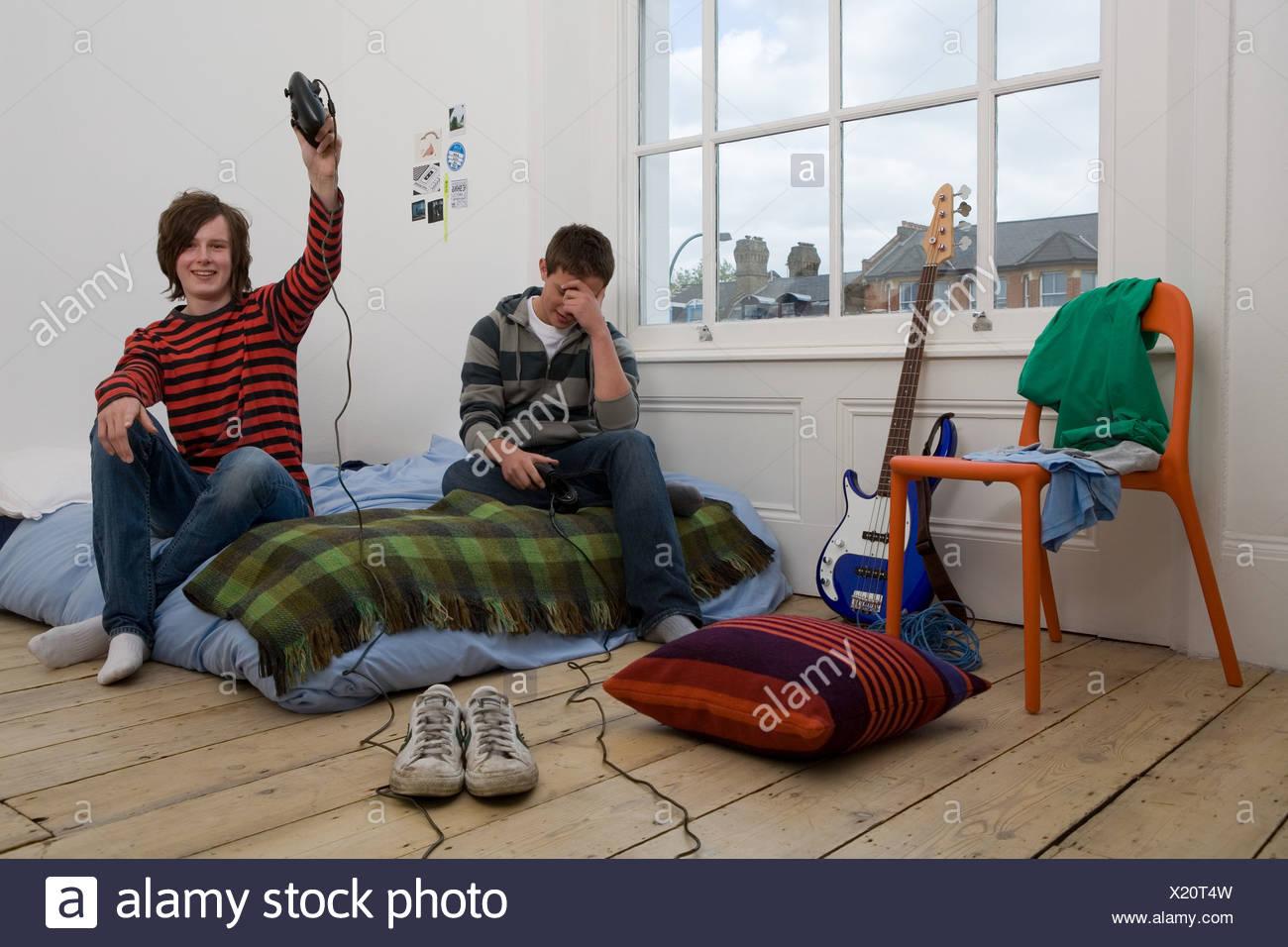Ragazzo celebrando la vittoria per un video gioco Foto Stock