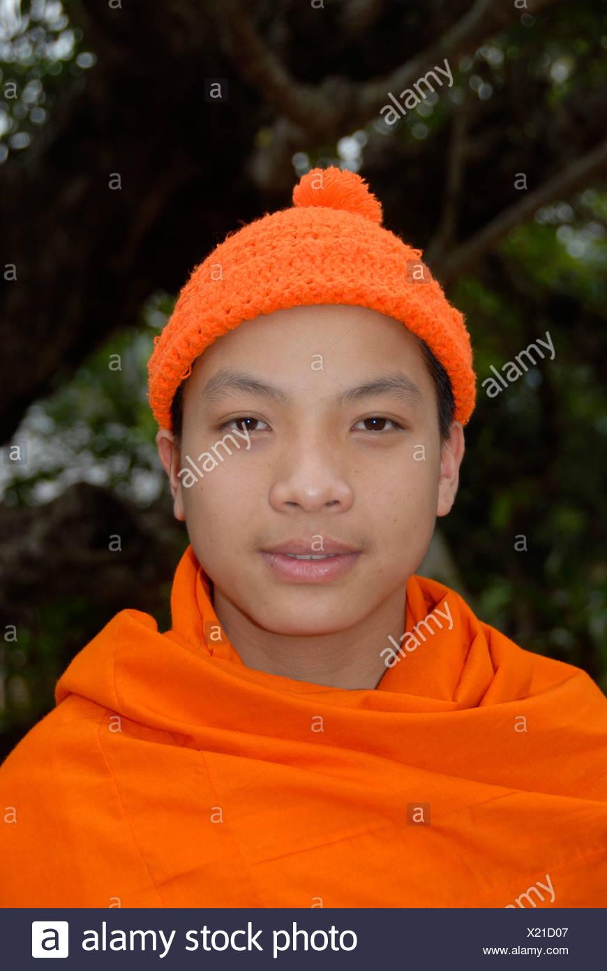 Ritratto di un buddista novizio indossando un cappello arancione, Phongsali Provincia, Laos, sud-est asiatico Immagini Stock