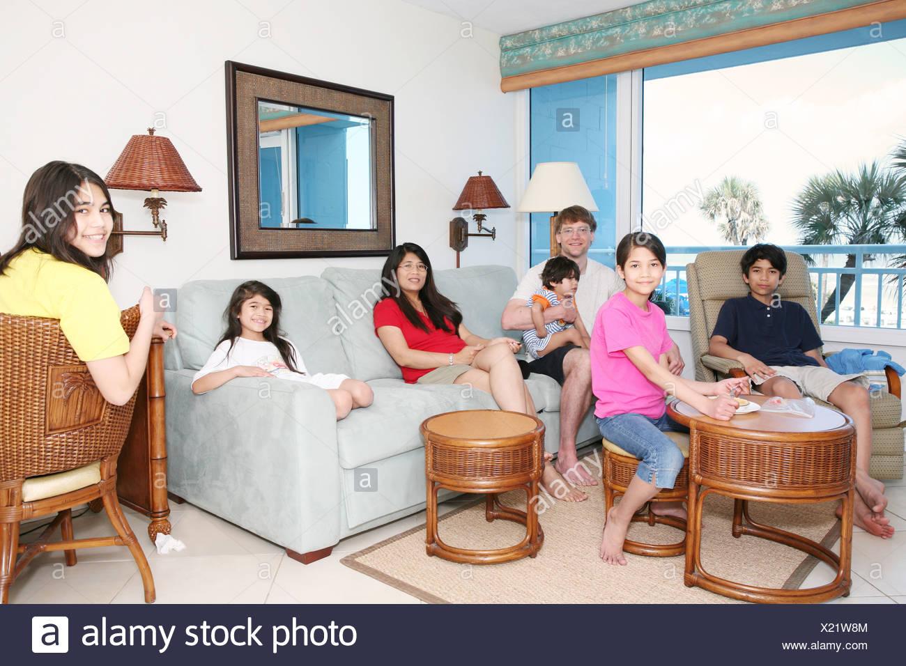 Relax in famiglia in soggiorno Foto & Immagine Stock: 276636996 - Alamy