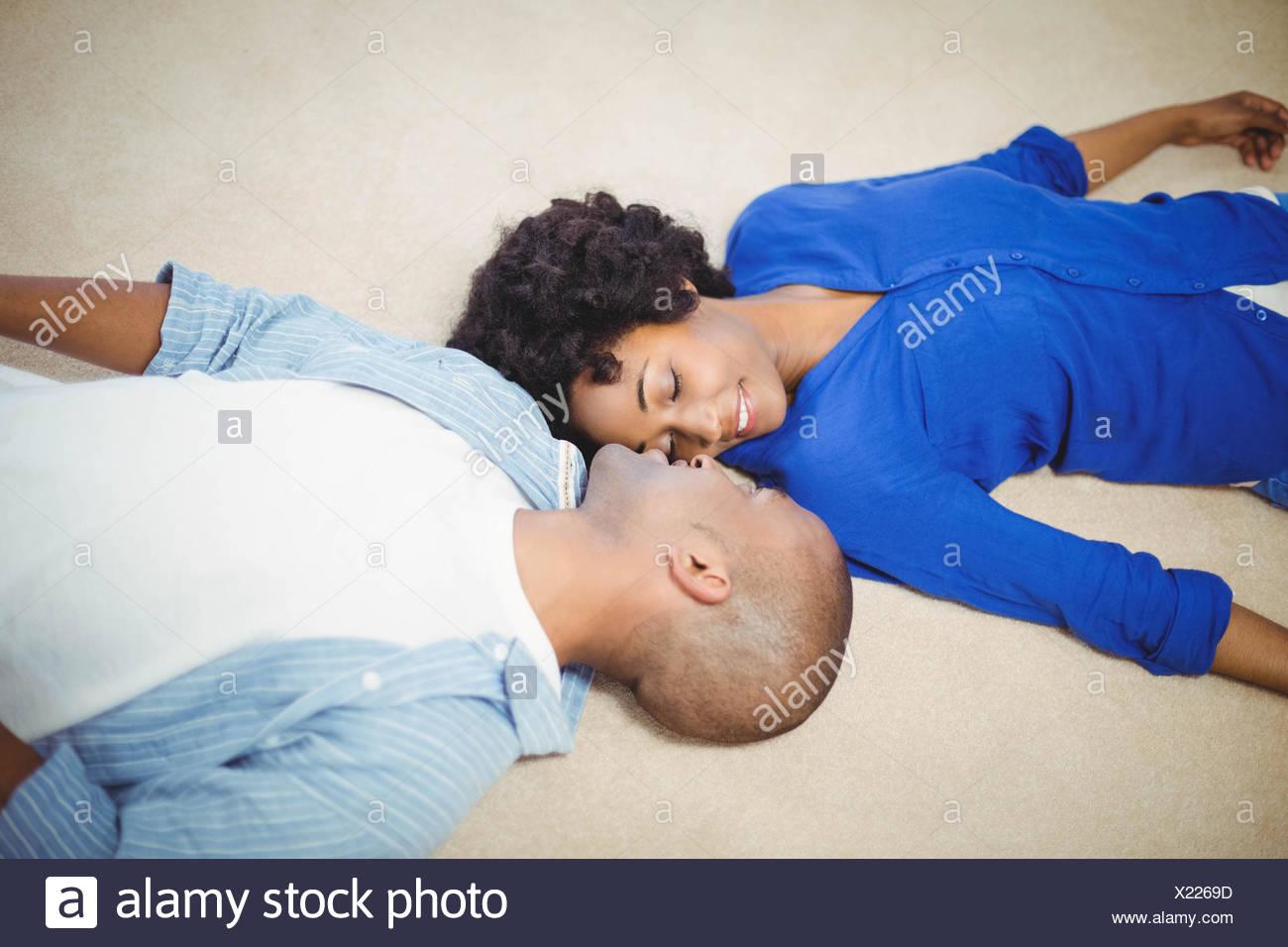 Tranquillo giovane sdraiato sul pavimento Immagini Stock