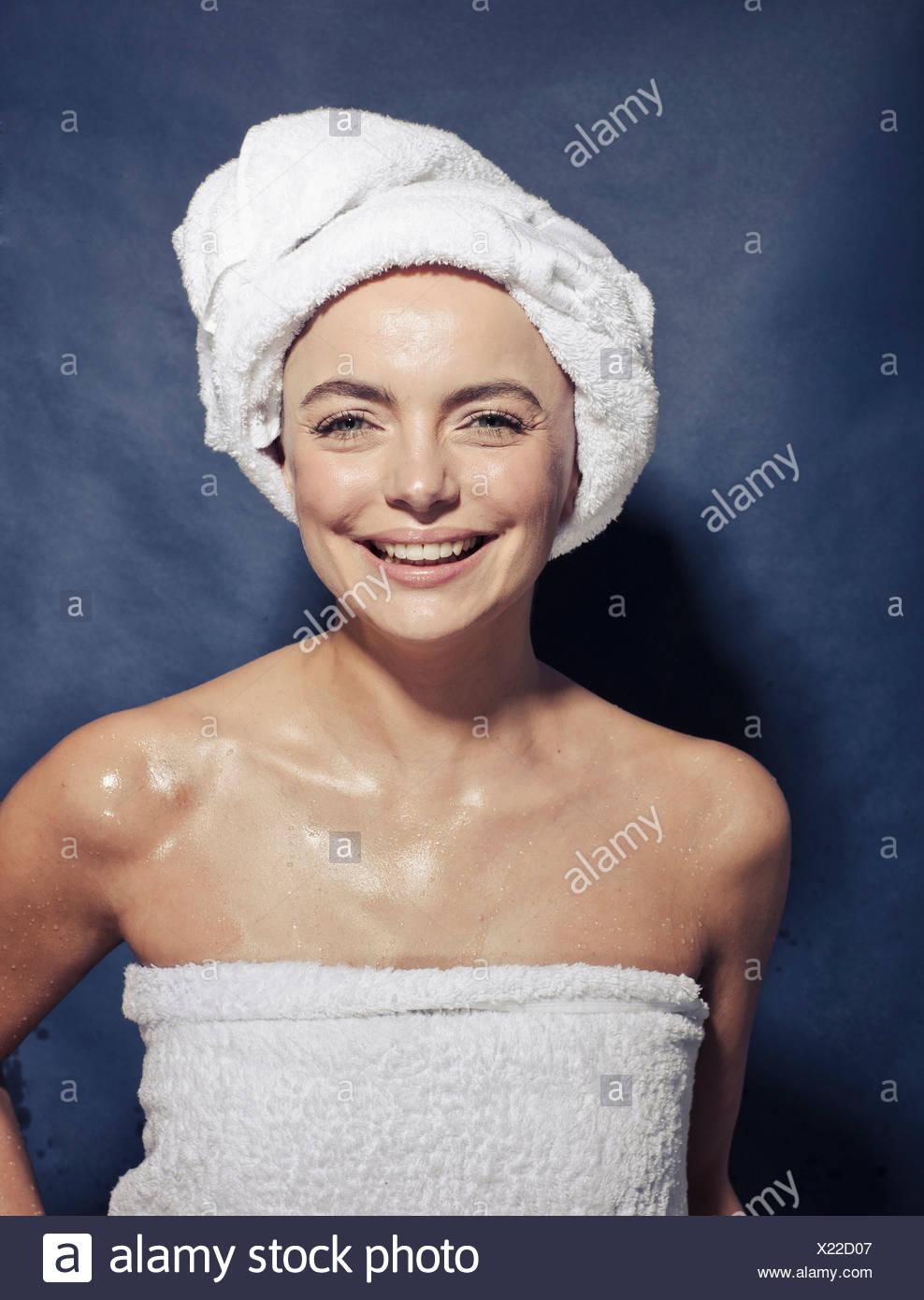 Studio shot di giovani femmine avvolto in asciugamani Immagini Stock