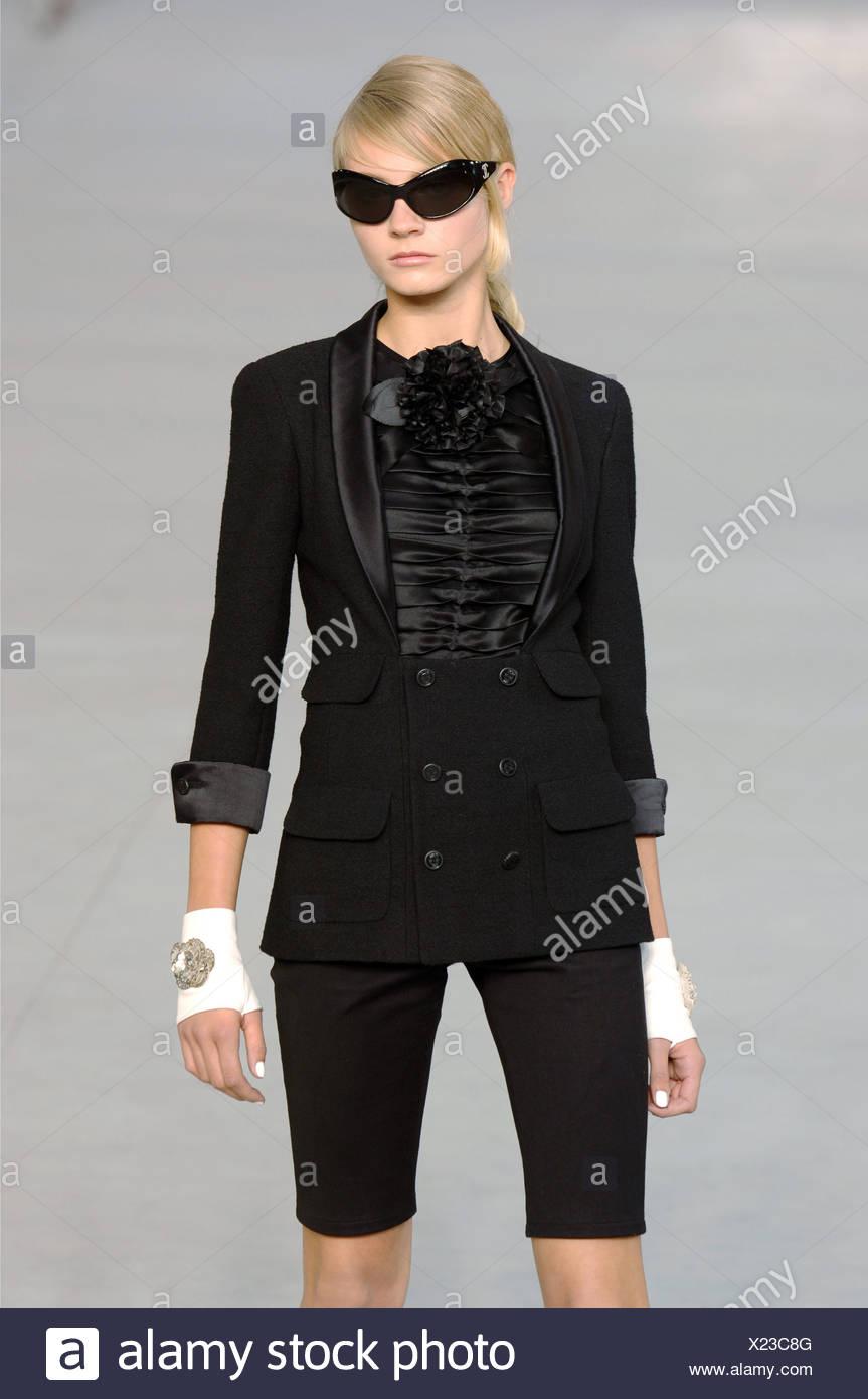 c2b79ace19 Chanel Paris pronto a indossare S S modello femminile capelli biondi tirati  indietro e fringe indossando un
