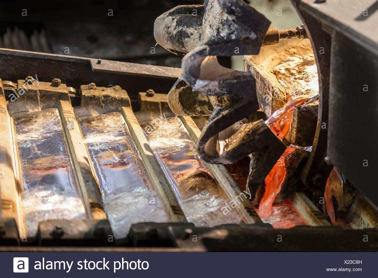 Close up di NEO metallo colato in lingotti di alluminio impianto di riciclaggio Immagini Stock