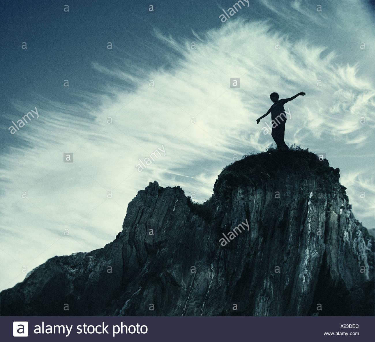 La figura si fermò in cima alla scogliera Immagini Stock