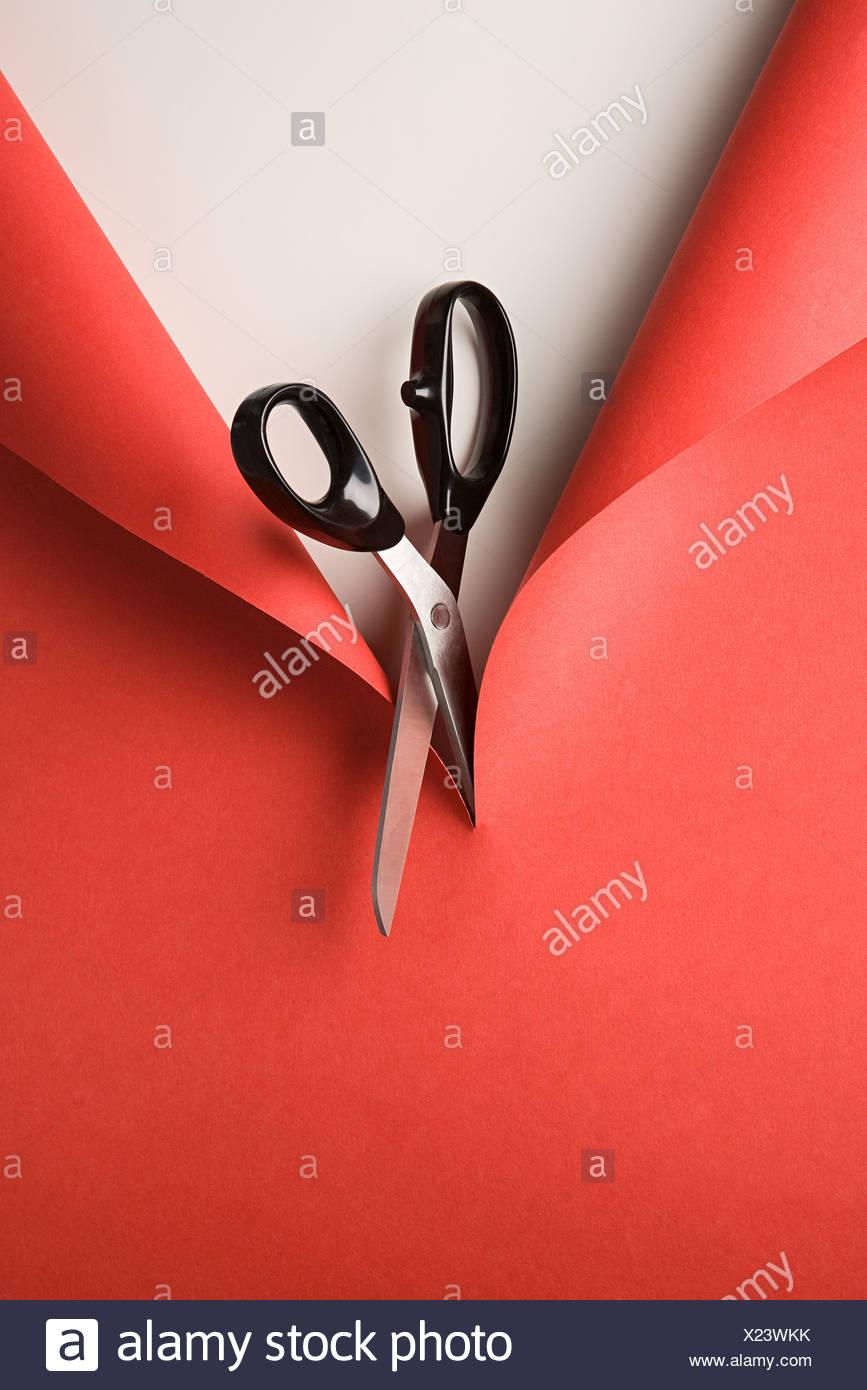 Taglio a forbice carta rossa Immagini Stock