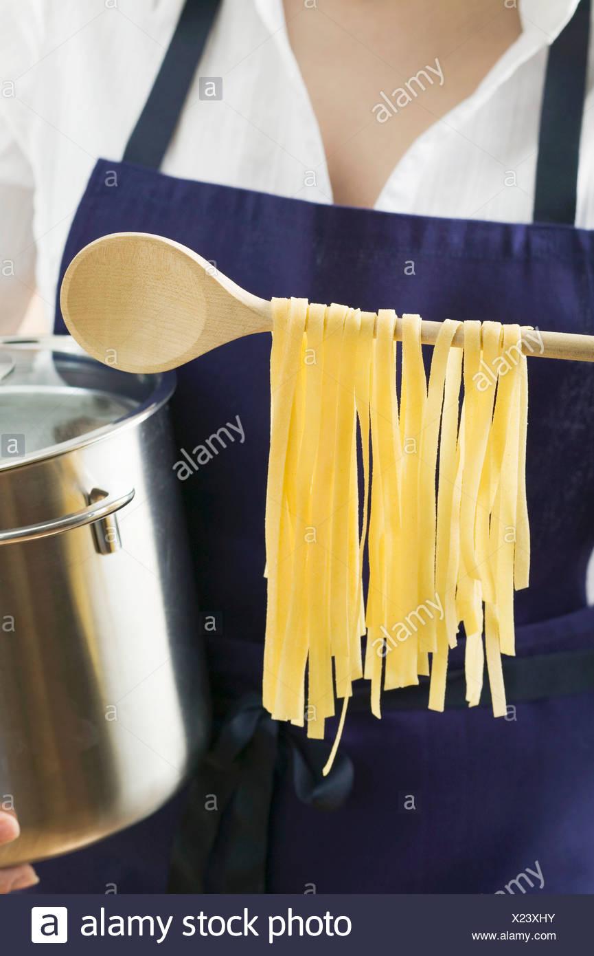 Donna Che Mantiene Pan E Pasta Fatta In Casa Il Cucchiaio Di Legno