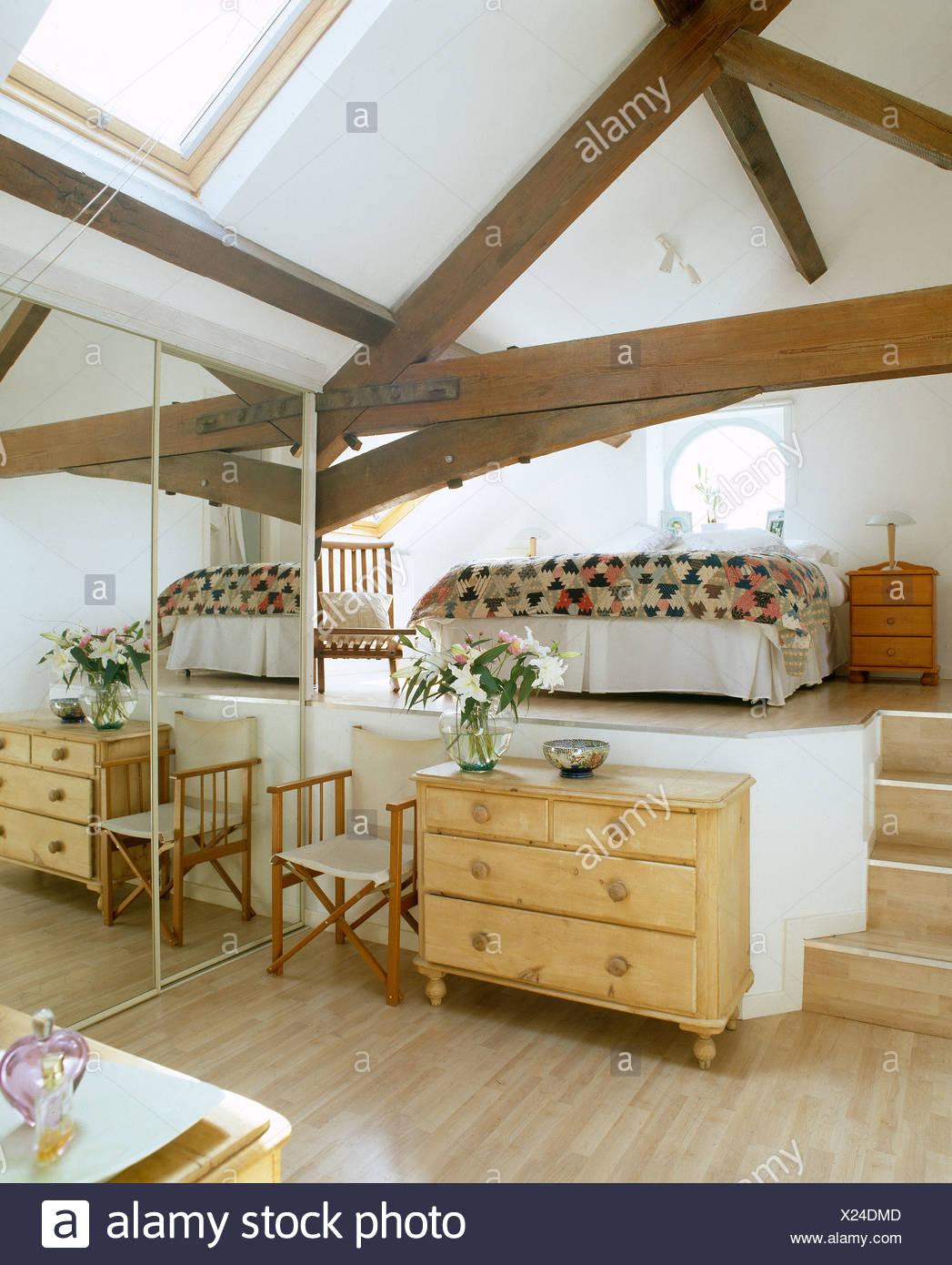 Pine cassettiera e armadio con specchi in un livello diviso camera ...