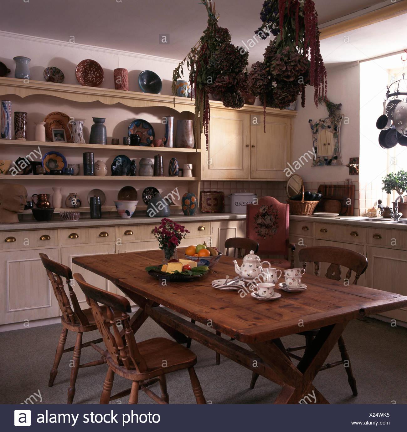 Pino Antico Tavolo E Sedie In Cucina Di Paese Con La Collezione Di Ceramiche Vintage Sulla Scaffalatura Di Crema Foto Stock Alamy