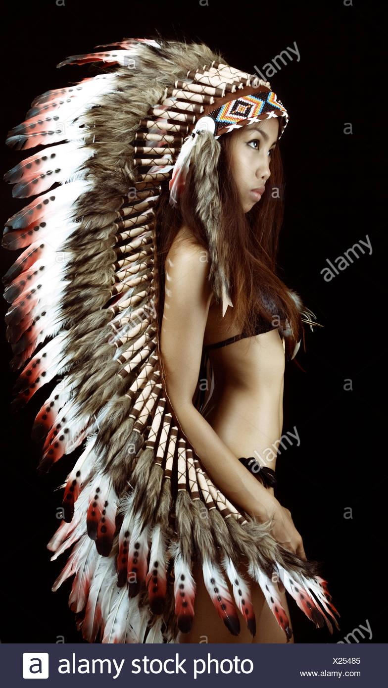 Studio shot della donna che indossa pennacchio tradizionali Foto Stock