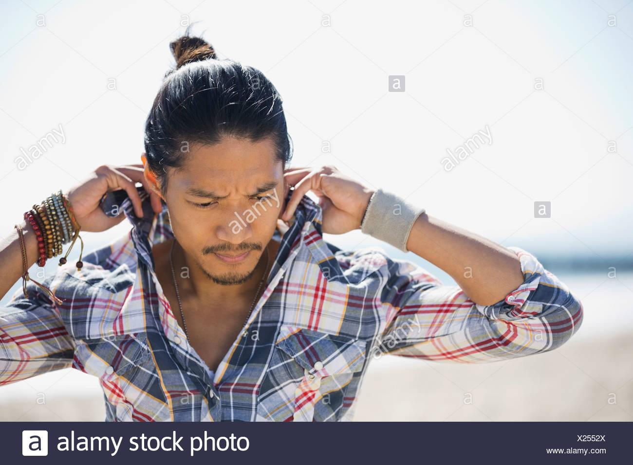 L'uomo la regolazione collare della camicia Immagini Stock