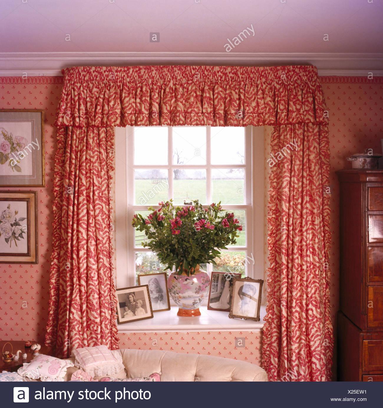 Rosso tende a motivi geometrici sulla finestra in camera da letto ...
