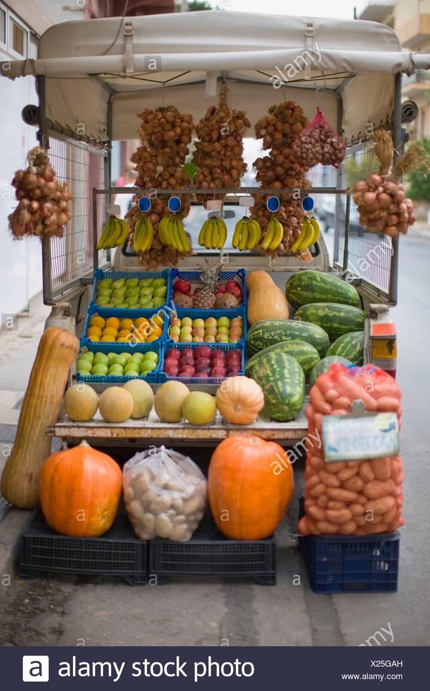 Stallo del mercato con frutta e verdura Immagini Stock