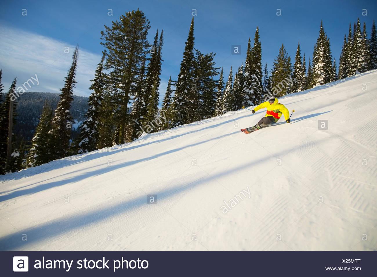 Basso angolo vista del giovane uomo sulla pista da sci Immagini Stock