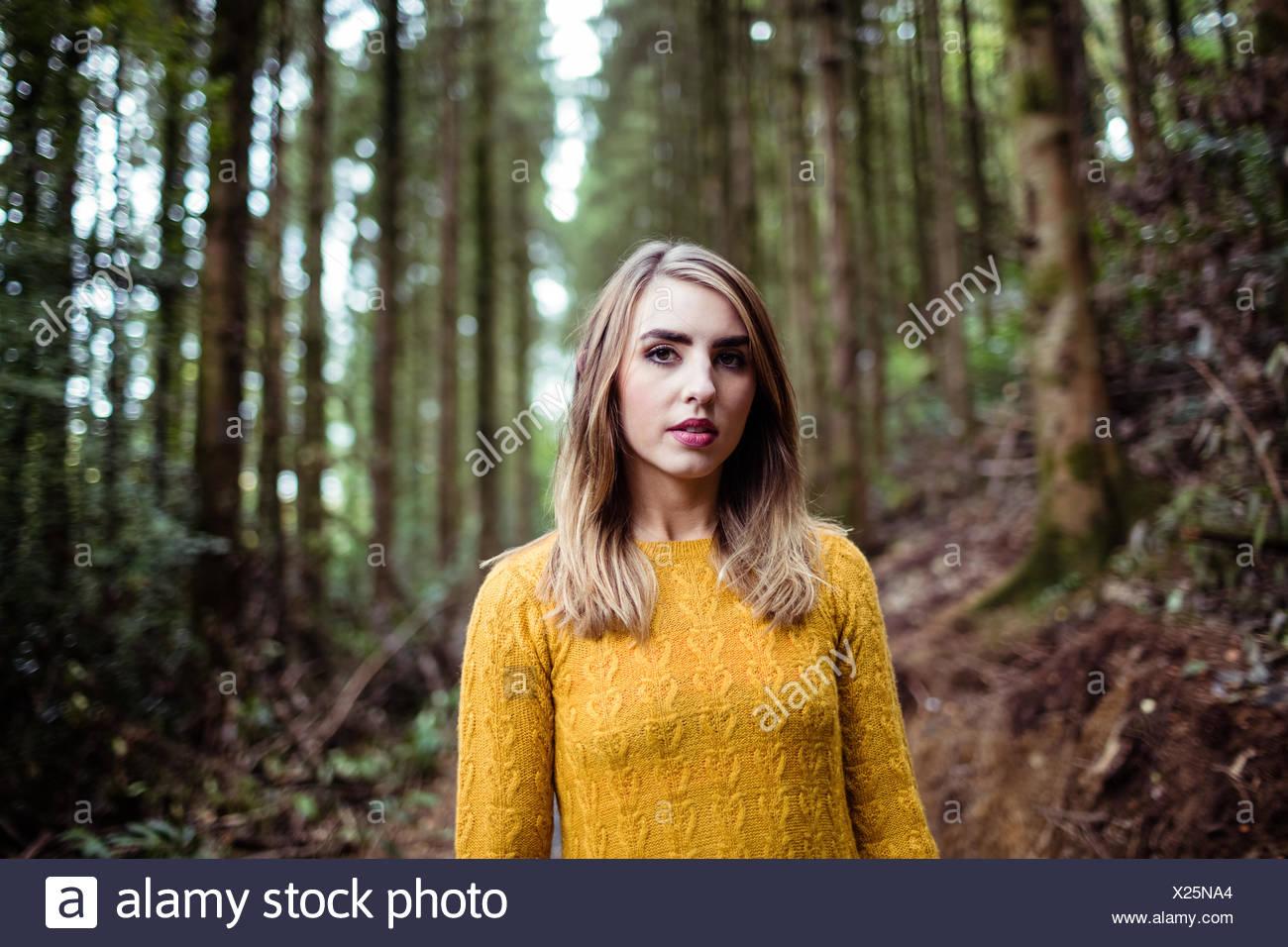Bella bionda donna sorridente in telecamera Foto Stock