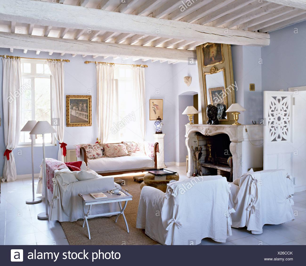 Bianco copre allentati sulle poltrone e divani nel paese francese ...