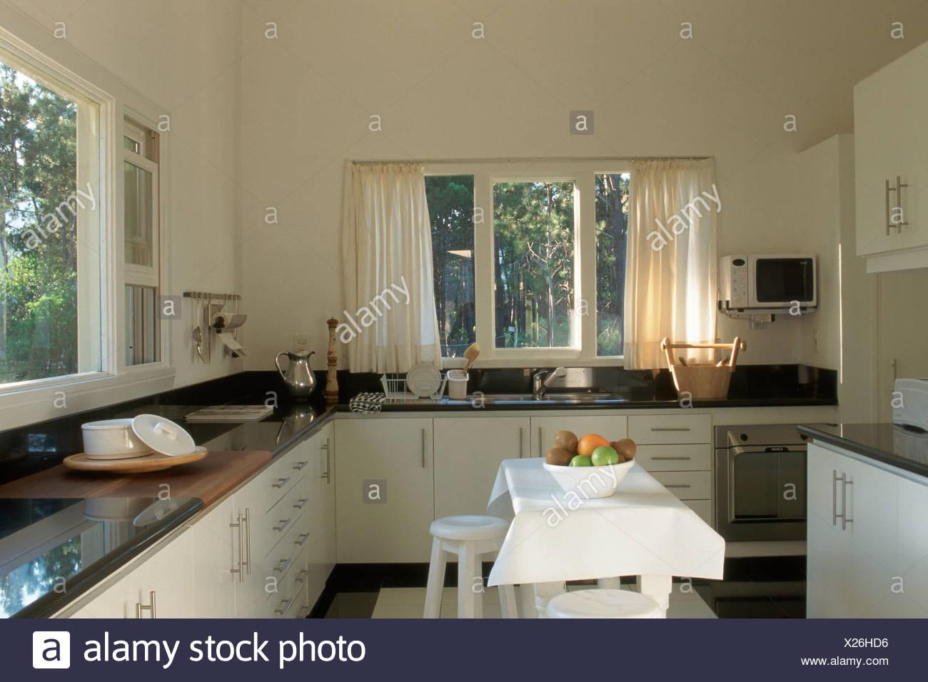 Cucina piani di lavoro nero tabella giardino attraverso la finestra ...