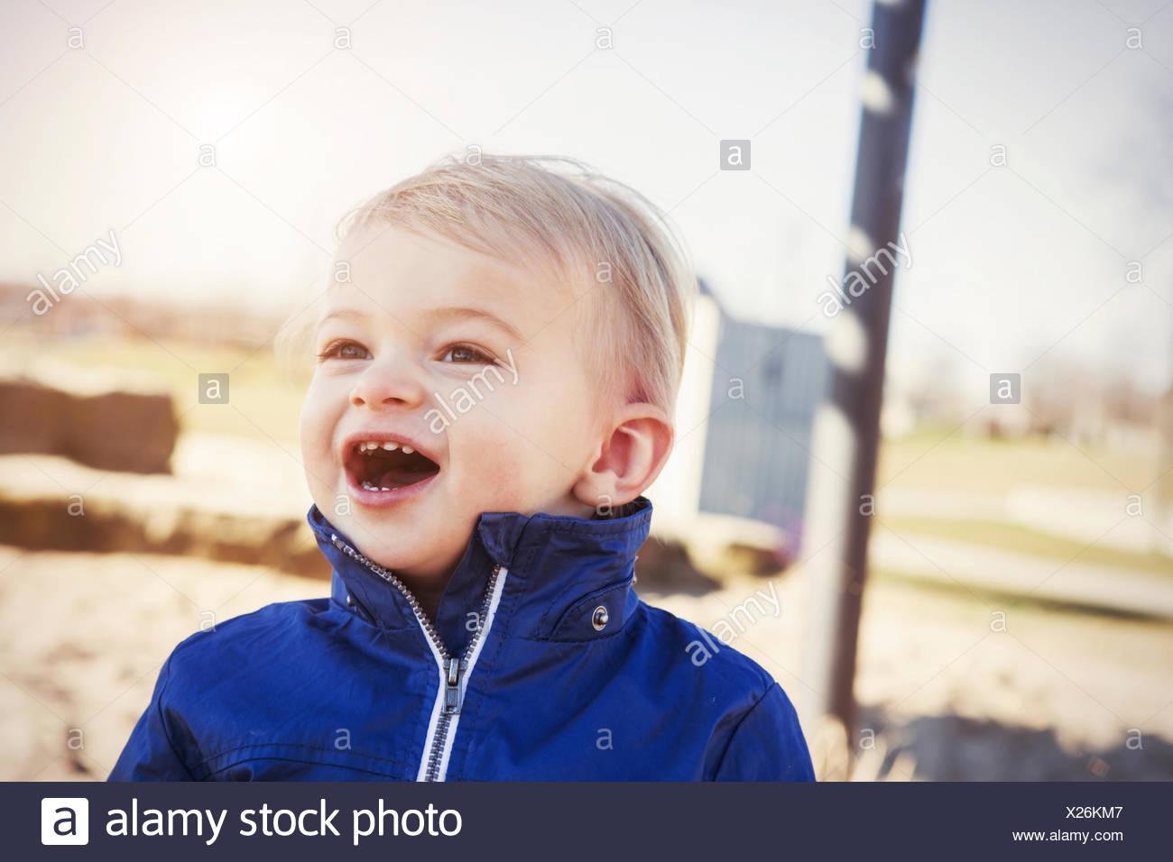 Germania, Oberhausen, bimbo con la bocca aperta sul parco giochi Immagini Stock