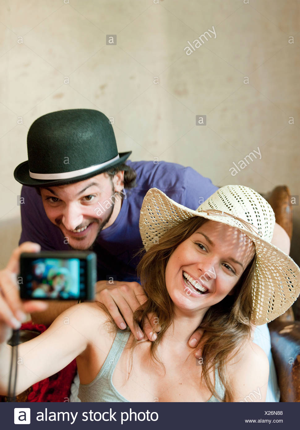 Matura in cappelli tenendo proprio fotografia Immagini Stock