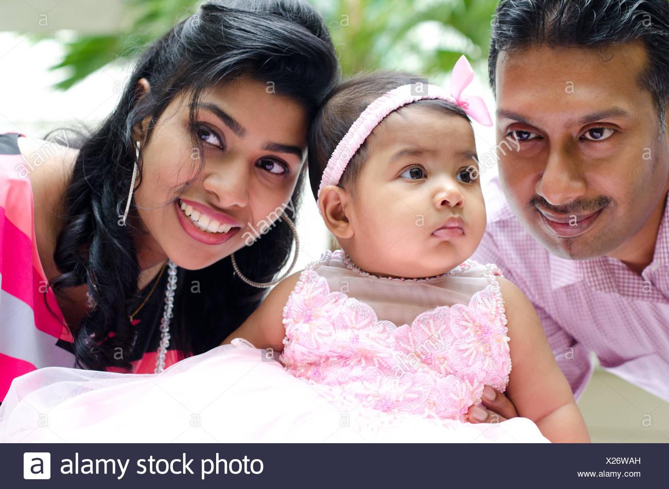 Indian genitori e bambina al outdoor home garden Immagini Stock