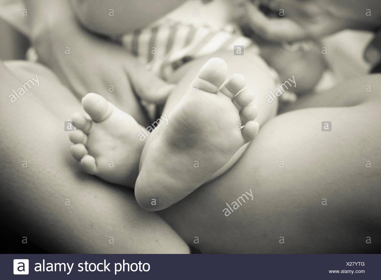 Il bambino e il genitore, close-up di del bambino in piedi Immagini Stock