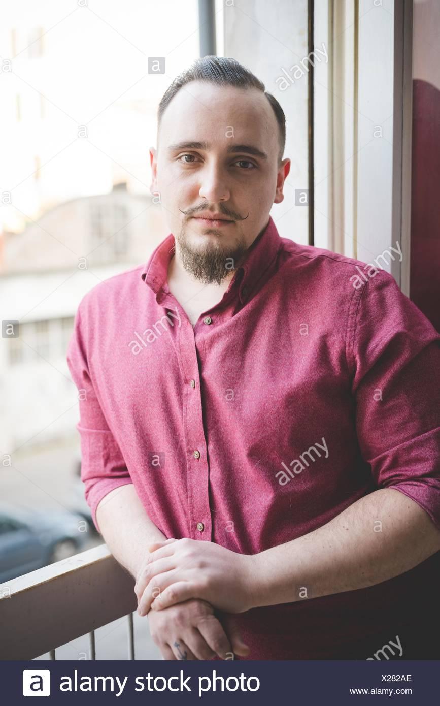 Ritratto di giovane uomo dalla finestra Immagini Stock