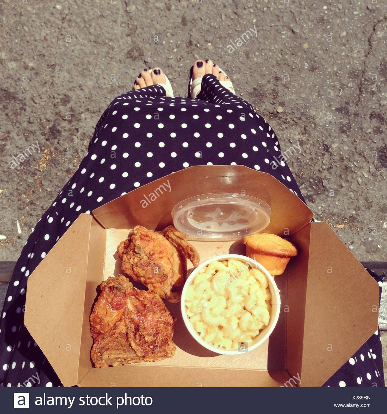 Una donna con il pollo fritto take away Immagini Stock