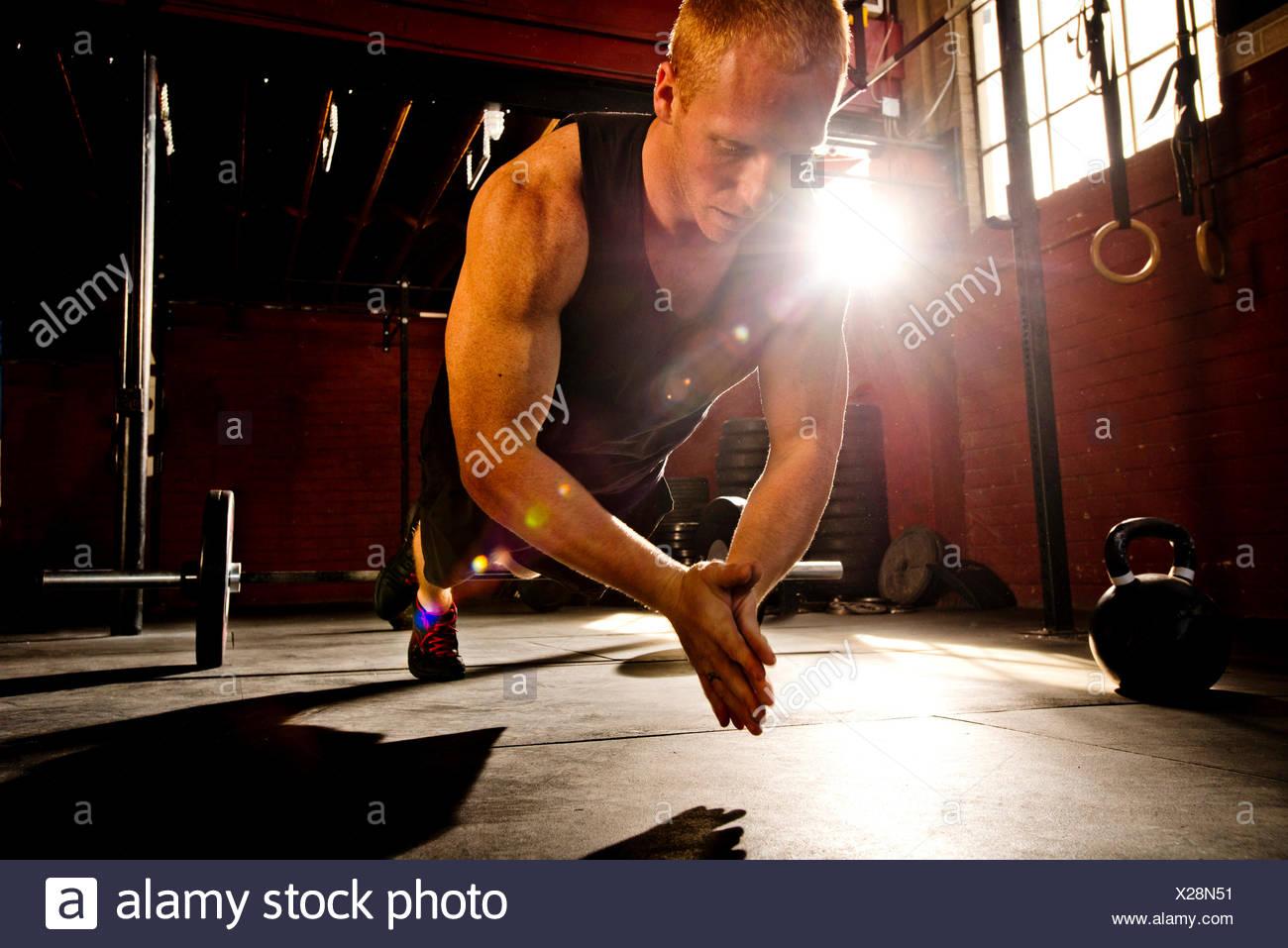 Un atleta crossfit funziona in una palestra crossfit. Immagini Stock