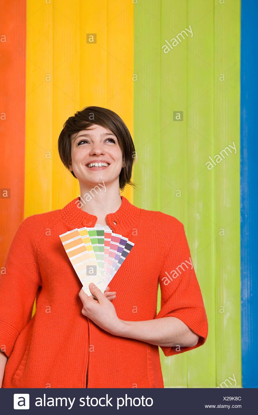 Giovane donna con colori Immagini Stock